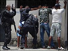 Hombres son revisados por la policía