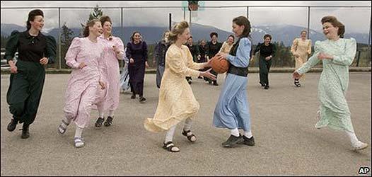 Mujeres en una escuela en Bountiful, Canadá