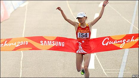 中国选手周春秀在广州亚运女子马拉松比赛中冲线(27/11/2010)
