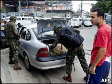 Militares revisan un auto