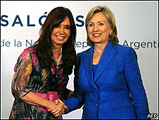 La presidenta de Argentina, Cristina Fernández, y la secretaria de Estado de EE.UU., Hillary Clinton (Archivo)