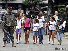 Militar com crianças no Complexo do Alemão