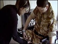 Vicky ajuda Craig a se vestir