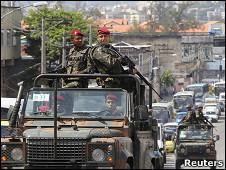 Tropas brasileñas partullan favela