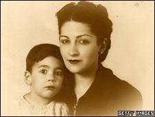 Mario Vargas Llosa de niño, junto a su madre