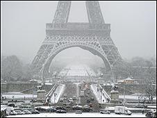 كست الثلوج وسط باريس