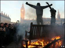 英國學生在議會廣場抗議(12月9日)