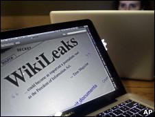 Una laptop con el sitio de WikiLeaks