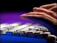 Manos en teclado