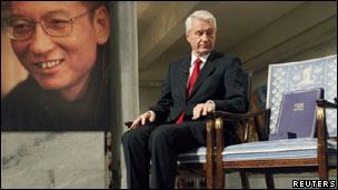 刘晓波的照片、诺贝尔委员会主席和空椅子