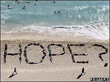 Un grupo de Greenpeace crea el mensaje ¿esperanza? con humanos