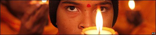 Un hindú con una vela encendida