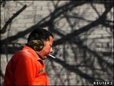 北京街头一名吸烟的男子(16/12/2010)