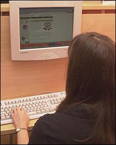 Una joven sentada en frente de una computadora