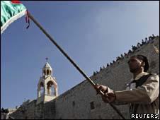 Bandeira palestina hasteada diante da Igreja da Natividade