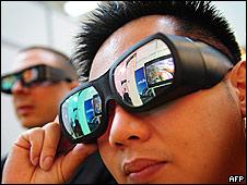 Gente mirando televisión con lentes 3D