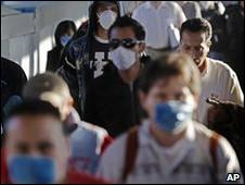 Pessoas se protegem da gripe suína