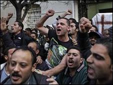 أقباط يعبرون عن غضبهم بسبب التفجير الانتحاري