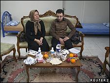 Sakineh Ashtiani e seu filho, Sajjad Ghaderzadeh, reunidos em Tabriz (Reuters)