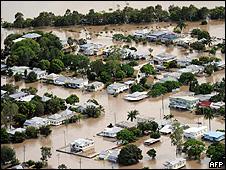 Bairro inundado pelo rio Fitzroy, em Rockhampton, Australia (AFP)