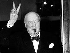 Winston Churchill hace un saludo de victoria