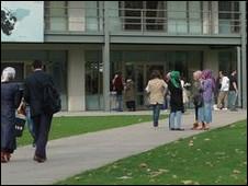 """""""فيلم إباحي"""" مشروع التخرج في كلية إعلام بتركيا 110108224555_turkey_university_226x170_bbc_nocredit"""