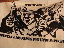 Manta exigiendo la liberación de los presos mapuches. Foto: Valeria Perasso.