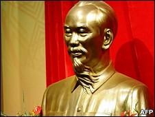 Tượng cố Chủ tịch Hồ Chí Minh tại Đại hội XI
