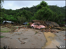 巴西特雷索波利斯市40公里外的维埃拉镇在泥石流冲击后一片凌乱(13/1/2011)