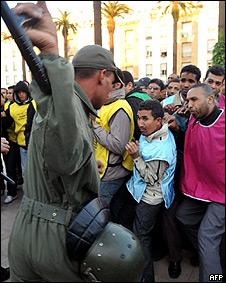 Manifestantes y un policía