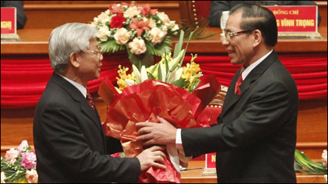 Ông Nguyễn Phú Trọng nhận hoa từ người tiền nhiệm Nông Đức Mạnh