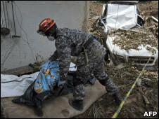 Militar retira corpos de área atingida por deslizamento de terra em Nova Friburgo
