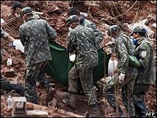 Militares trabajan en Nova Friburgo.