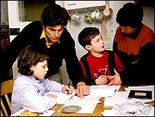 Familia con niños haciendo tareas