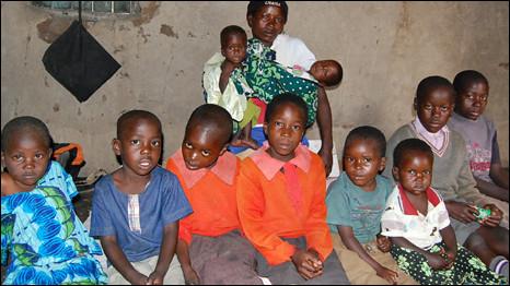 Gladys Bulynia com 10 de seus 12 filhos