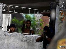 Policiais e criminosos se enfrentam no Morro do Alemão, no Rio de Janeiro.