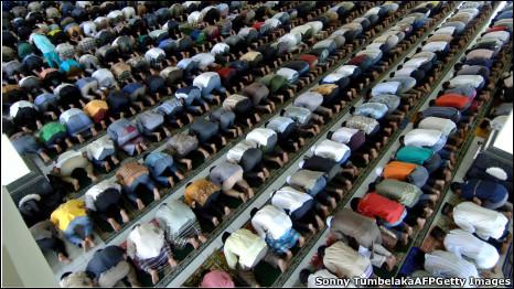 Shalat berjamaan di sebuah masjid di Denpasar, Bali