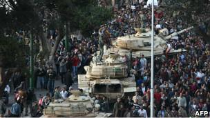 مصر: استمرار المظاهرات والأهالي يقيمون نقاط تفتيش في الشوارع  110129182336_egyptian_demonstrators_demanding_the_ouster_of_president__304x171_afp