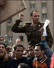 Một sỹ quan được người biểu tình công kênh