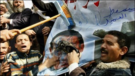 Poster Mubarak ditempeli sepatu