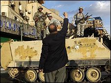 Người biểu tình Ai Cập giơ nắm đấm về phía binh lính trên xe thiết giáp tại Cairo