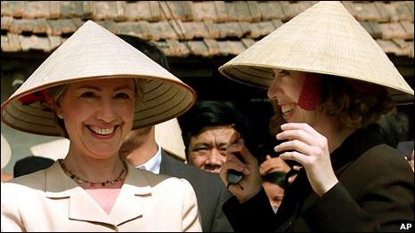 Bà Hillary Clinton và con gái Chelsea trong chuyến đi Việt Nam cùng Tổng thống Bill Clinton hồi năm 2000