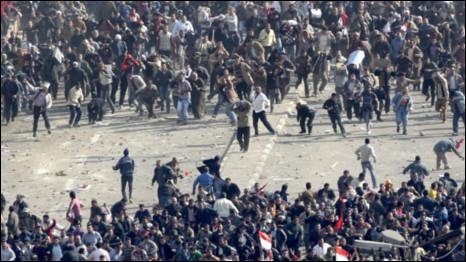 Những người biểu tình ủng hộ ông Mubarak đụng độ với người biểu tình phản đối ông ở Quảng trường Tahrir