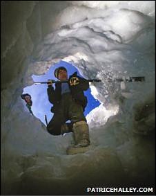 Esquimó abre entrada para caverna no gelo