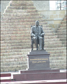 Памятник Хосни Мубараку в пригороде Баку