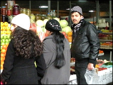 Покупатели на рынке в Баку