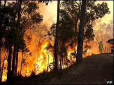 Incêndio florestal próximo à cidade de Perth