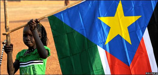 Niña sostiene una bandera de Sudán del Sur