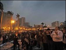 开罗解放广场上示威者挥动国旗