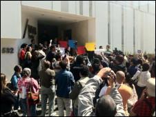 Protesta frente a MVS en apoyo de Carmen Aristegui